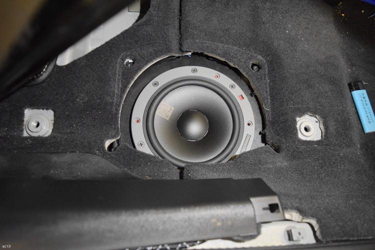 中低音在座位底下安装