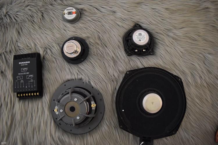 左边是丹拿三分频喇叭,右边是宝马原车喇叭